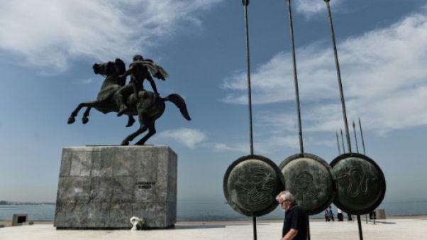 Un homme passe devant la statue d'Alexandre le Grand à Thessalonnique en Macédoine, le 13 juin 2019