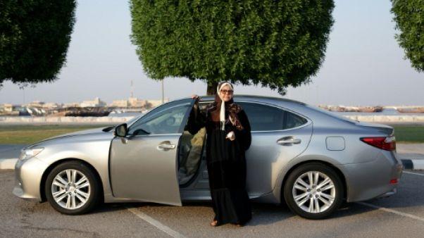 Sabeeha al-Fakher, une Saoudienne de 68 ans, pose devant sa Lexus à Qatif sur la côte-est de l'Arabie saoudite le 11 juin 2019