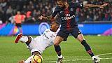 Le latéral droit du Paris SG Dani Alves (d) à la lutte avec l'attaquant de Dijon Wesley Said , en L1 au Parc des Princes, le 18 mai 2019