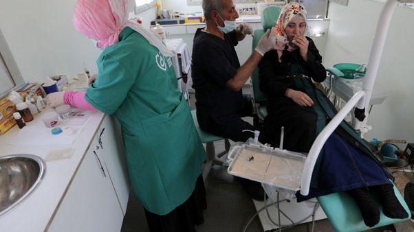 في المخيمات الحدودية.. السوريون يعتمدون على أطباء في شاحنات وخيام