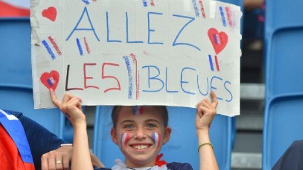 Une jeune supporter des Bleues affiche sa fierté avant leur match contre le Brésil en 8e de finale de la Coupe du monde, le 23 juin 2019 au Havre