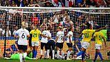 L'arbitre canadienne Marie-Soleil Beaudoin fait recours à la VAR après un but des Bleues contre le Brésil, en 8e de finale du Mondial, le 23 juin 2019 au Havre