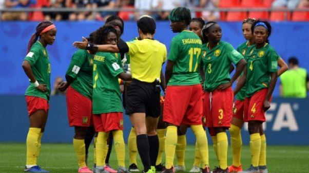L'arbitre chinoise Qin Liang (C) valide un but pour l'Angleterre face au Cameroun, le 23 juin 2019 à Valenciennes