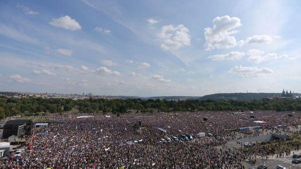 التشيكيون يطالبون برحيل رئيس الوزراء في أكبر احتجاج منذ العهد الشيوعي