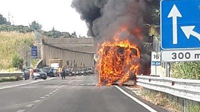 In fiamme pullman nel Palermitano