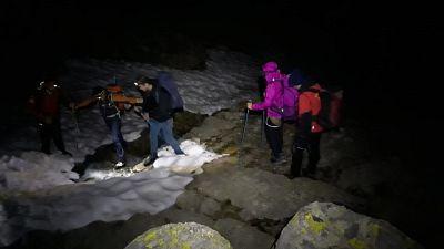 Sorpresi dal buio in montagna, salvati