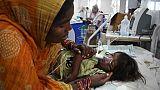 Une mère veille son enfant soigné pour une encéphalite aigüe dans un hôpital de Muzaffarpur, dans le nord de l'Inde, le 20 juin 2019.
