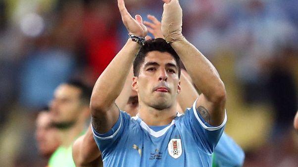 سواريز يطالب بركلة جزاء بعد لمسة يد من حارس تشيلي