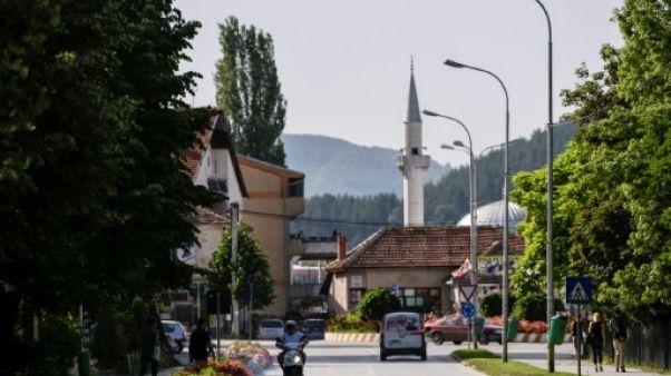 Un homme circule à moto dans une rue Kamenica au Kosovo, le 13 juin 2019