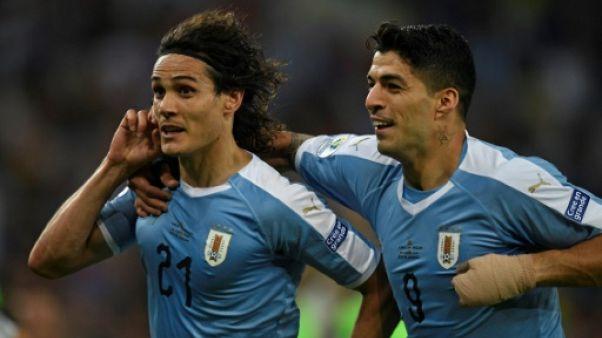 L'Uruguayen Edinson Cavani (g) félicité par son compatriote Luis Suarez lors du match de phase de groupes de la Copa América face au Chili, à Rio de Janeiro, le 24 juin 2019
