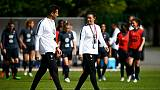 La sélectionneuse des Bleues, Corinne Diacre, avec son entraîneur assistant, Philippe Joly, lors d'un entraînement de l'équipe à Clairefontaine, le 16 mai 2019