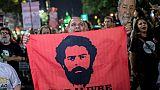 Un partisan de l'ancien président brésilien Luis Inacio Lula da Silva agitant un drapeau demandant sa libération, le 14 juin 2019 à Rio de Janeiro