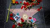 في الذكرى العاشرة لوفاة مايكل جاكسون.. غناء وبكاء وزهور
