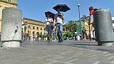 Deux hommes se protègent du soleil à Saint-Sebastien (Espagne) le 26 juin 2019