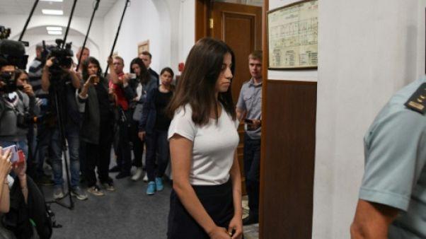 Angelina Khatchatourian, l'une des trois soeurs accusées d'avoir tué leur père, lors d'une audience dans un tribunal de Moscou le 26 juin 2019