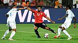 L'Egyptien Mohamed Salah (c) tire et marque contre la RD Congo à la CAN, le 26 juin 2019 au Caire