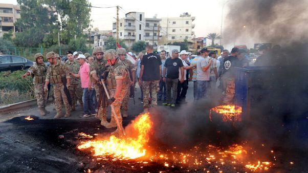 عسكريون متقاعدون يغلقون طرقا رئيسية بلبنان احتجاجا على تخفيضات في الموازنة