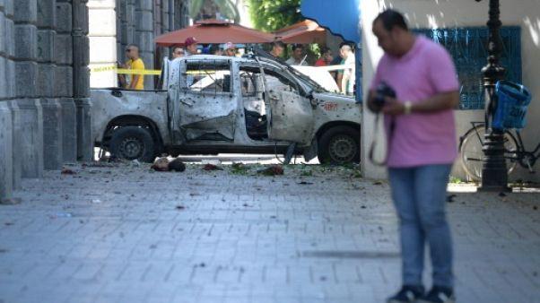 La voiture visée par un kamikaze sur l'avenue Bourguiba à Tunis, le 27 juin 2019