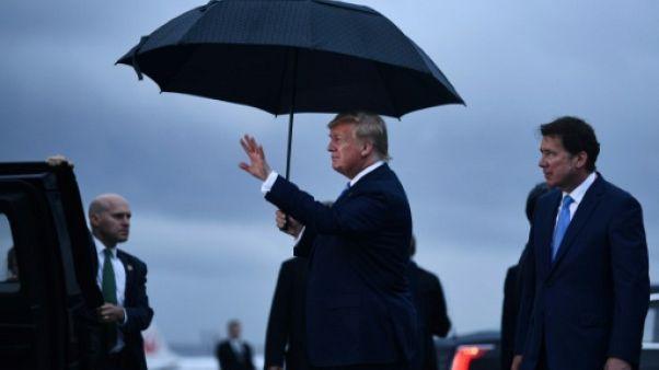 Le président américain Donald Trump (c) arrive à l'aéroport international d'Osaka, le 27 juin 2019, avant un sommet du G20