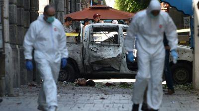 Des membres de la police scientifique sur les lieux d'un attentat suicide dans le centre de Tunis, le 27 juin 2019