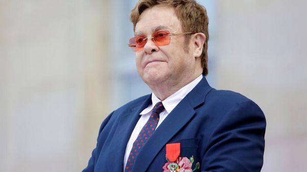 """بوتين يصف إيلتون جون بأنه """"موسيقي عبقري"""" لكنه مخطئ بشأن حقوق المثليين في روسيا"""