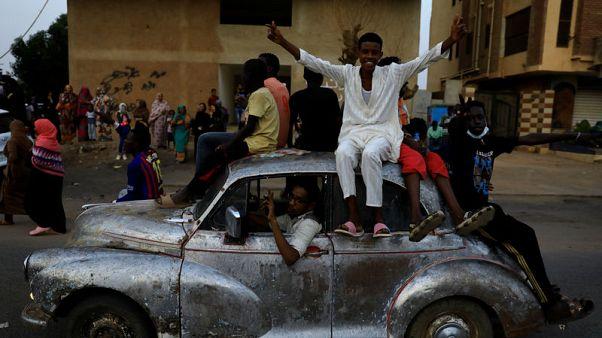 حشود ضخمة تطالب بحكم مدني في السودان وجنود يطلقون النار في الهواء