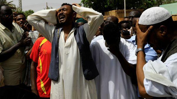 مئات السودانيين يتجمعون على ضفاف النيل قبالة الخرطوم بعد اشتباكات دامية