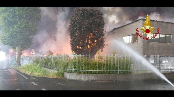 Vasto incendio in azienda vernici
