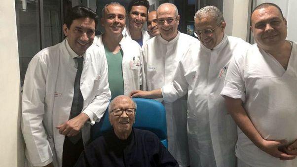 نجل رئيس تونس يقول الرئيس غادر المستشفى ويستأنف عمله خلال أيام
