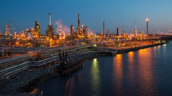النفط يرتفع مع صعود الأسهم الأمريكية وانخفاض عدد منصات الحفر