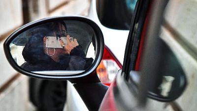Si fa selfie a guida e a stop morde Cc