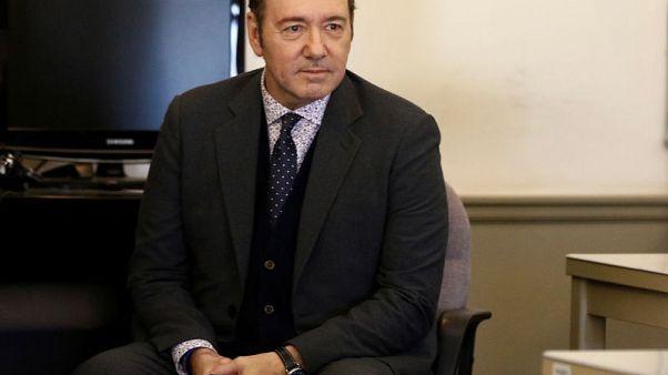 شخص اتهم الممثل كيفن سبيسي بالاعتداء الجنسي يسحب دعواه