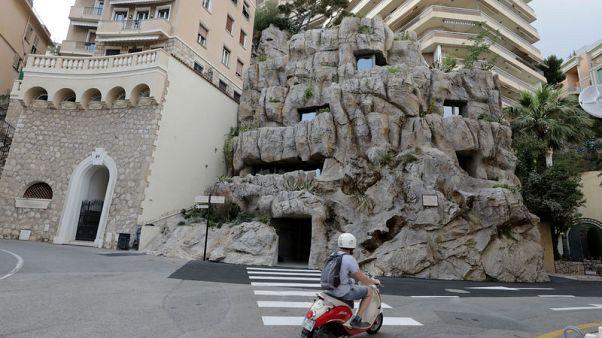 """مهندسان ينحتان فيلا """"صديقة للبيئة"""" داخل صخرة في موناكو"""