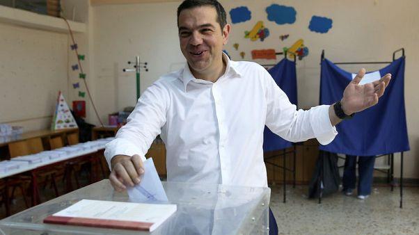مسؤول: رئيس وزراء اليونان يتصل بزعيم المعارضة لتهنئته بالفوز في الانتخابات
