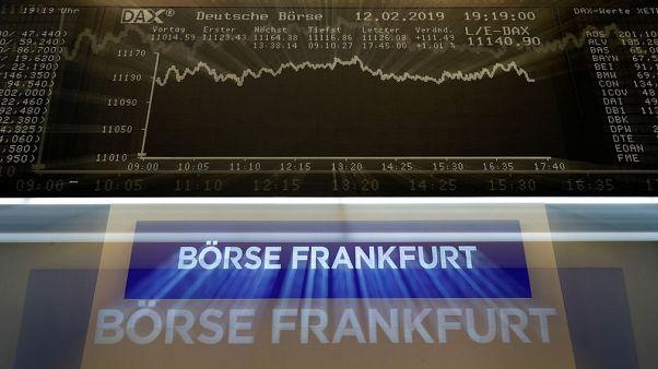 European shares edge lower, Deutsche Bank rally limits losses