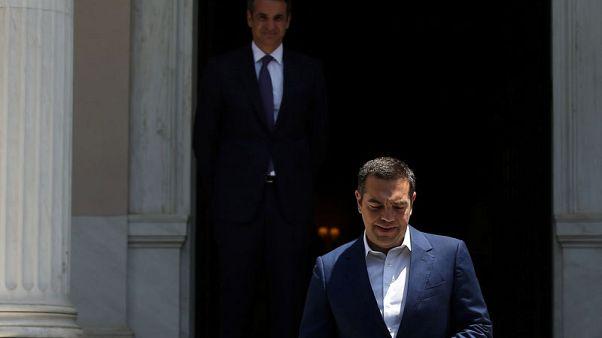 رئيس وزراء اليونان المنتهية ولايته يسلم السلطة للمحافظين
