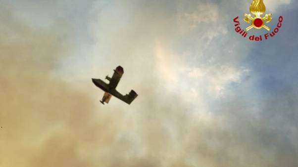 Incendi nel Catanese, Canadair in azione
