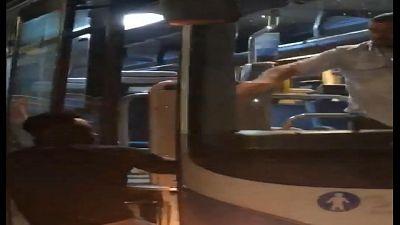 Autista bus picchia immigrato: pm indaga