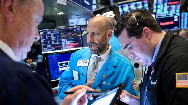 مستثمرون يسحبون أكبر صافي أصول من صناديق الأسهم الأمريكية منذ 2014
