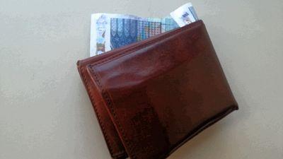 Trova portafoglio con soldi, porta a Ps