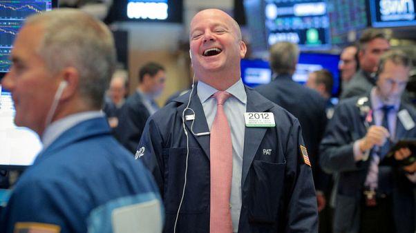 ستاندر آند بورز وداو يقفزان بدعم من قطاع التأمين الصحي والأسهم المالية