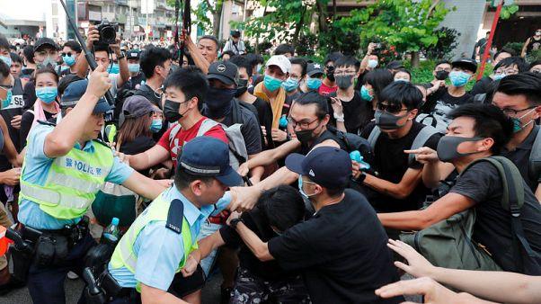 اشتباكات بين محتجين والشرطة خلال مسيرة في هونج كونج