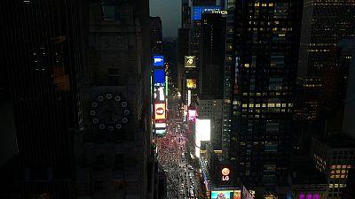 Partial blackout hits Manhattan; utility begins restoring power