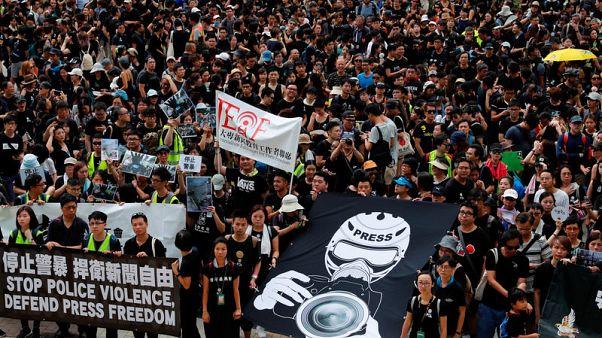 محتجو هونج كونج يصعدون الاشتباكات مع الشرطة