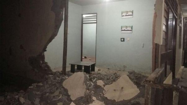 عشرات التوابع تهز إندونيسيا بعد مقتل اثنين في زلزال يوم الأحد