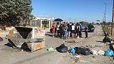 Da 14 anni in container, bloccano strada