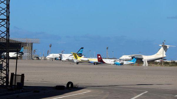 بيان: توقف الملاحة في مطار معيتيقة في طرابلس بعد تعرضه لضربة صاروخية