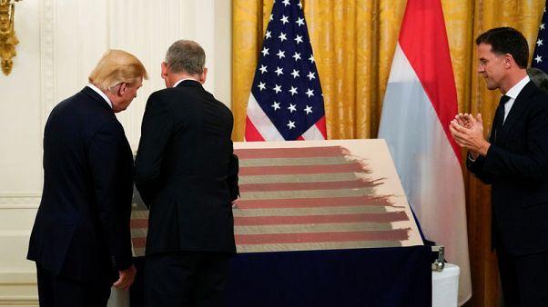 رجل أعمال هولندي يعيد علما أمريكيا من سفينة شاركت في إنزال نورماندي
