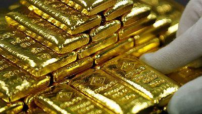 الذهب يهبط من ذروة 6 سنوات بفعل مبيعات لجني الأرباح، لكنه ينهي الأسبوع على مكاسب
