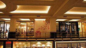 متسوقو دبي الموسرون يشدون الأحزمة
